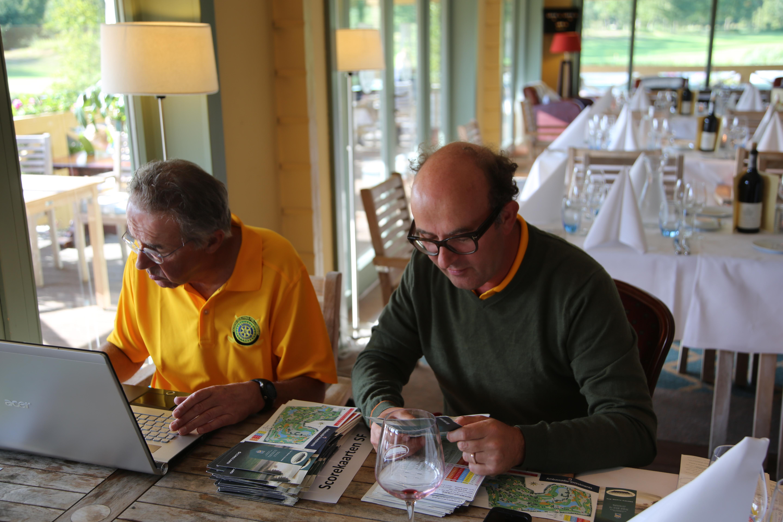 Bas van Hille (wedstrijdleiding DGFR) en Peter van den Broek (secretaris DGFR) aan het werk om 124 scorekaarten te beoordelen en in te voeren.